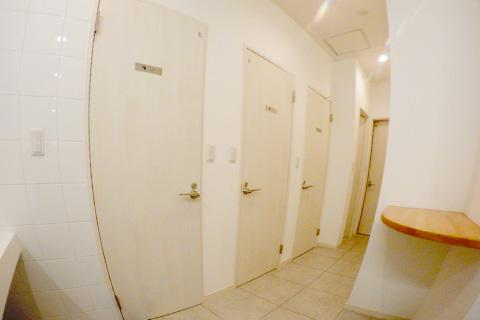 共有トイレ×3。奥に男女別シャワー室。