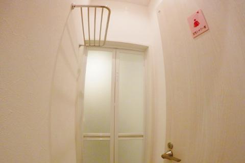 共有女性シャワー室。シャワーブースの手前に脱衣所も。