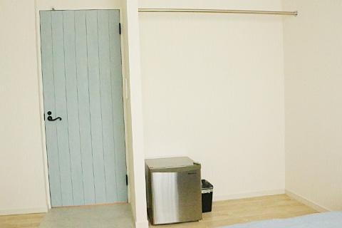 各部屋に冷蔵庫、便利なポールハンガーをご用意しております。